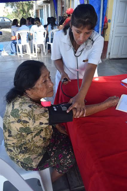 Enfermera y médico atienden a ciudadana de Miramar, en Moche