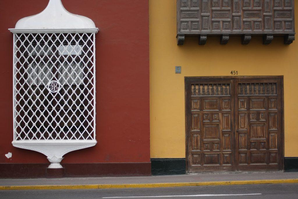 Ventana colonial en plaza de armas de Trujillo.
