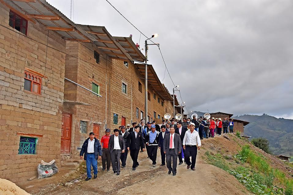 Población y el alcalde de Otuzco celebran la inauguración de la obra