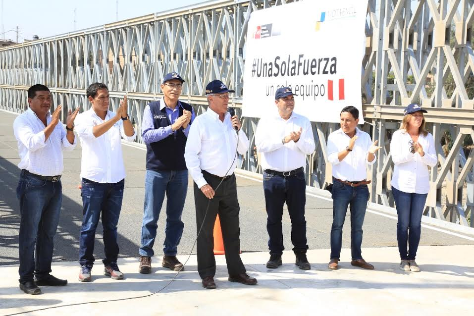 Kuczynski acompañado por Martín Vizcarra, ministro de Transportes